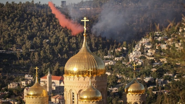 Пожар в Эйн-Кареме (на переднем плане - купола храма Всех святых, в земле Российской просиявших, Горненской обители)